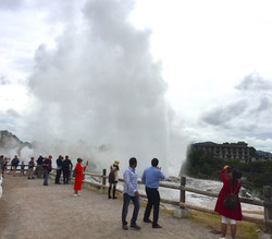 巨大な水柱を吹き上げる間欠泉