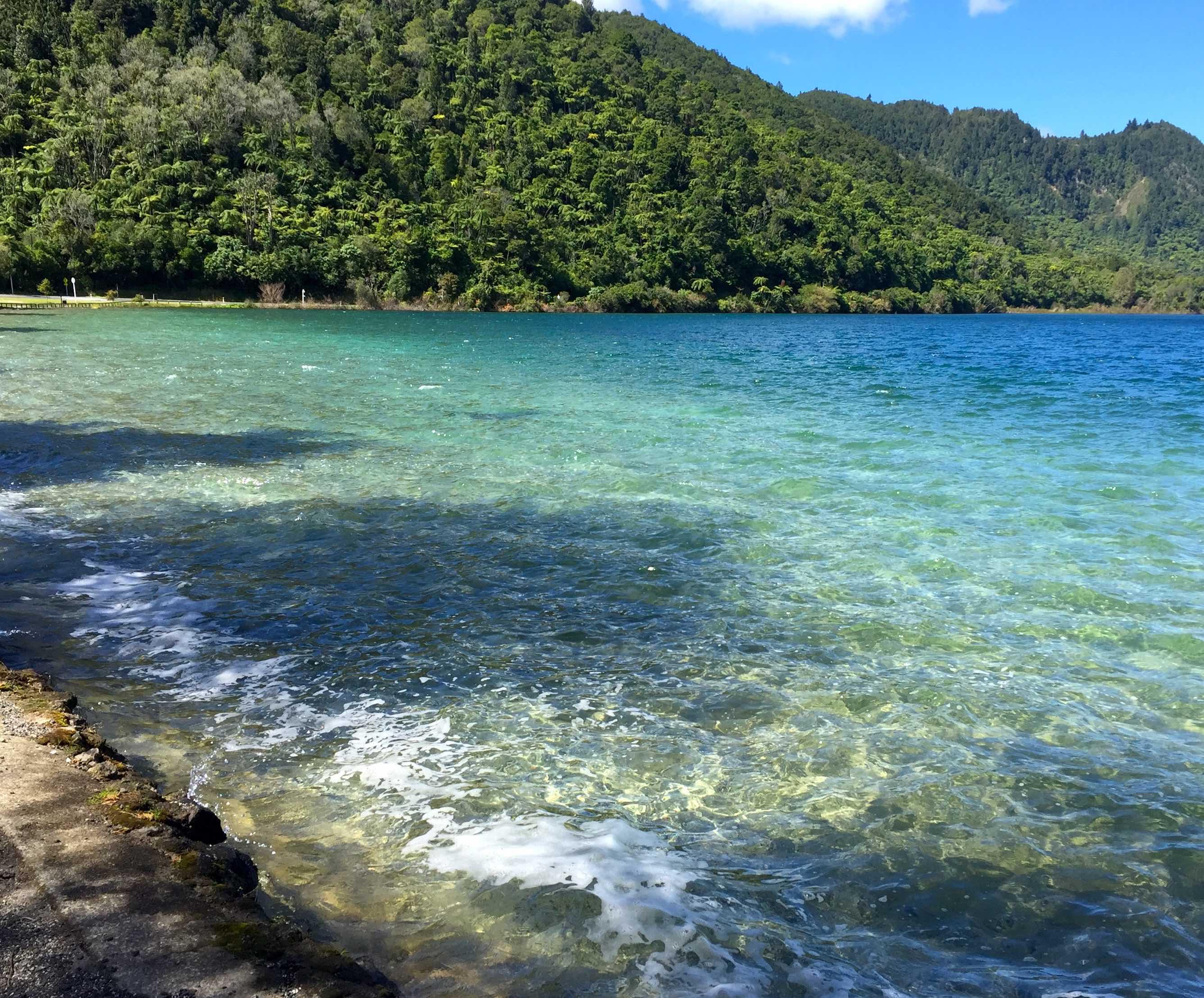 透き通った美しい湖面