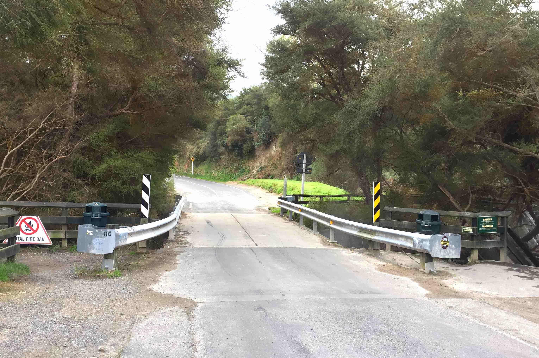 この橋の下に温泉川が流れる