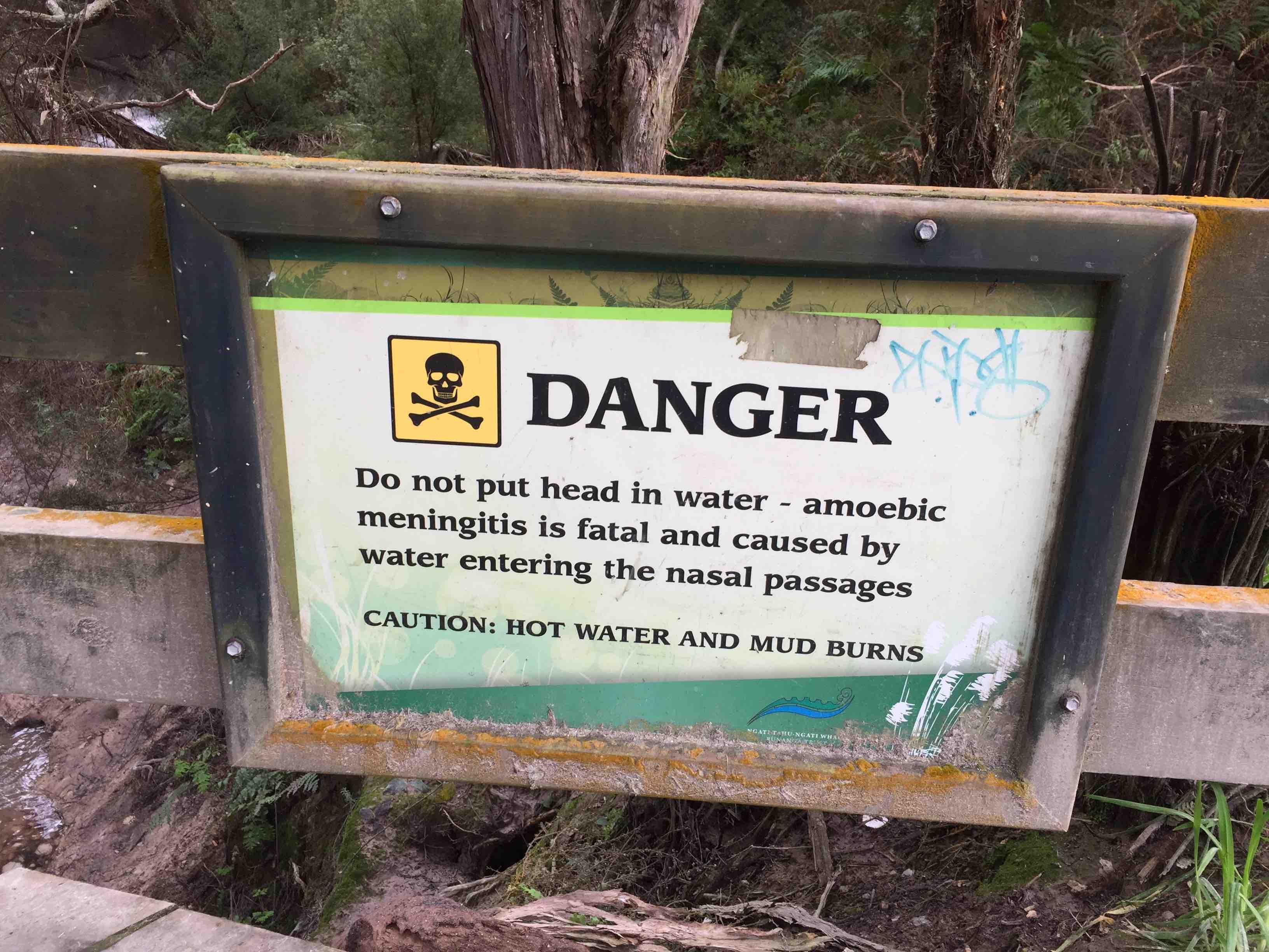 危険表示(顔を川につけてはいけない)