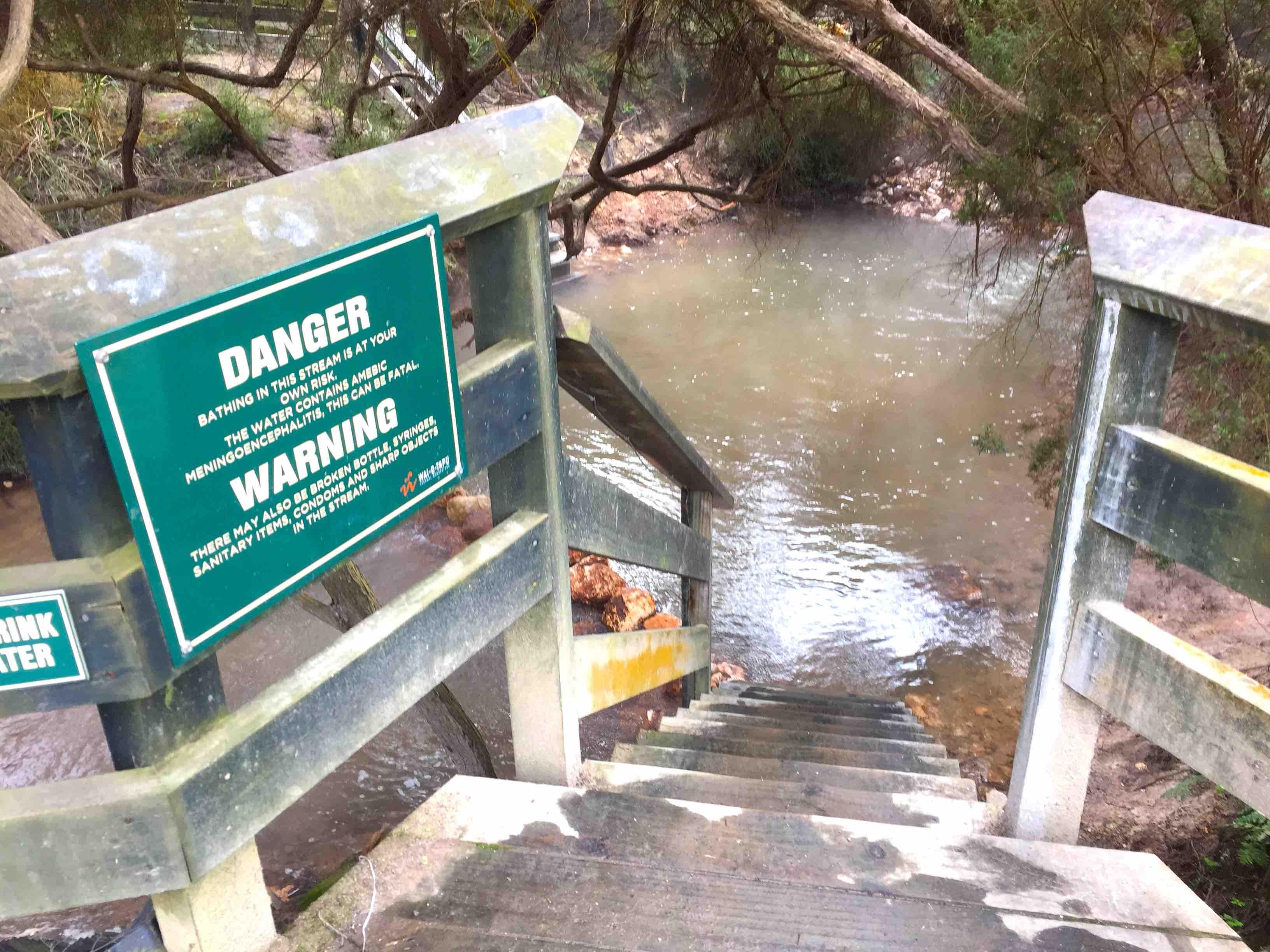 川へ入るための下り階段