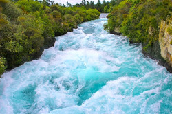 フカフォールへ向かう川の激流