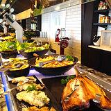 魚料理も並ぶ.jpg