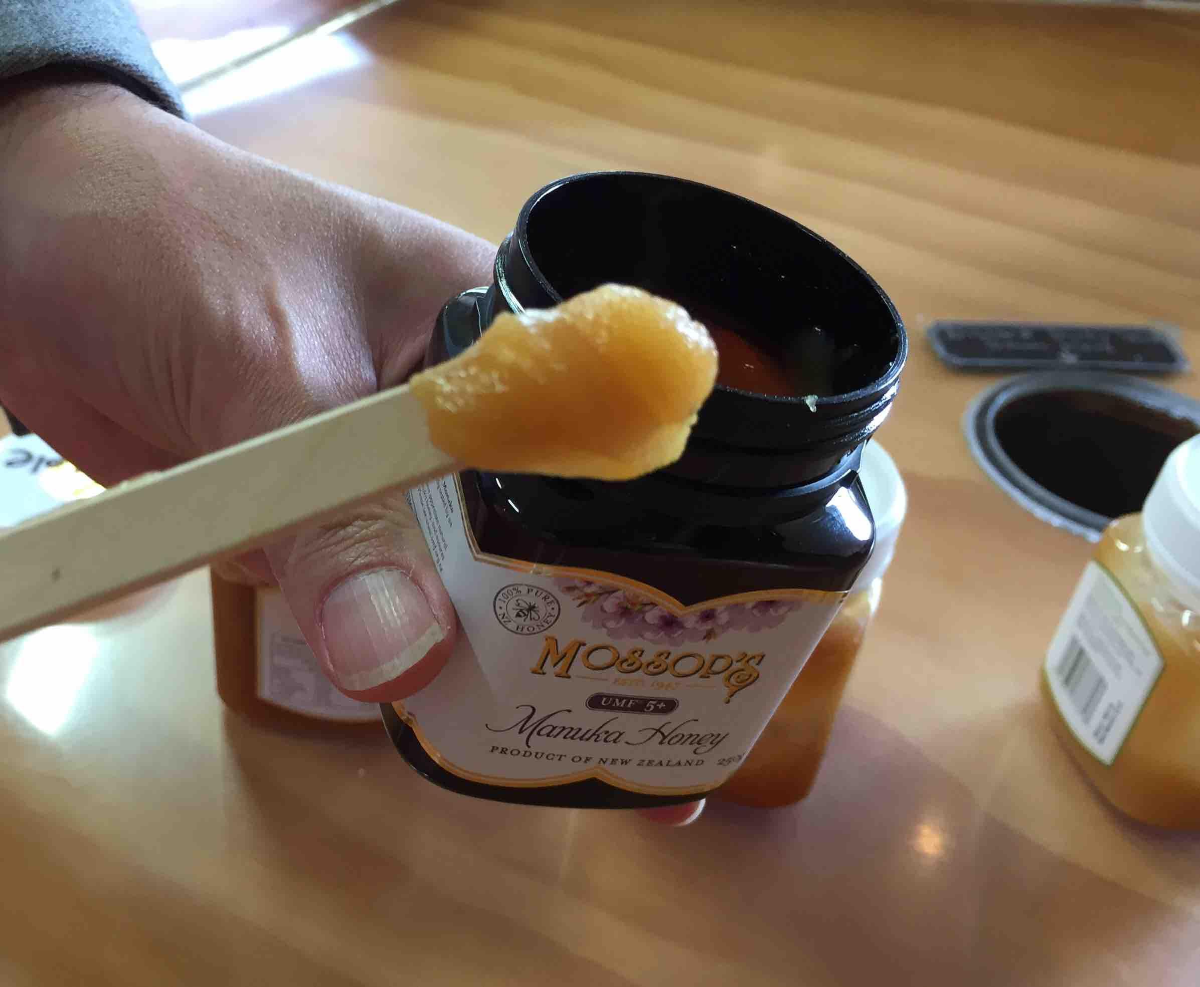 蜂蜜のテイスティングもできる