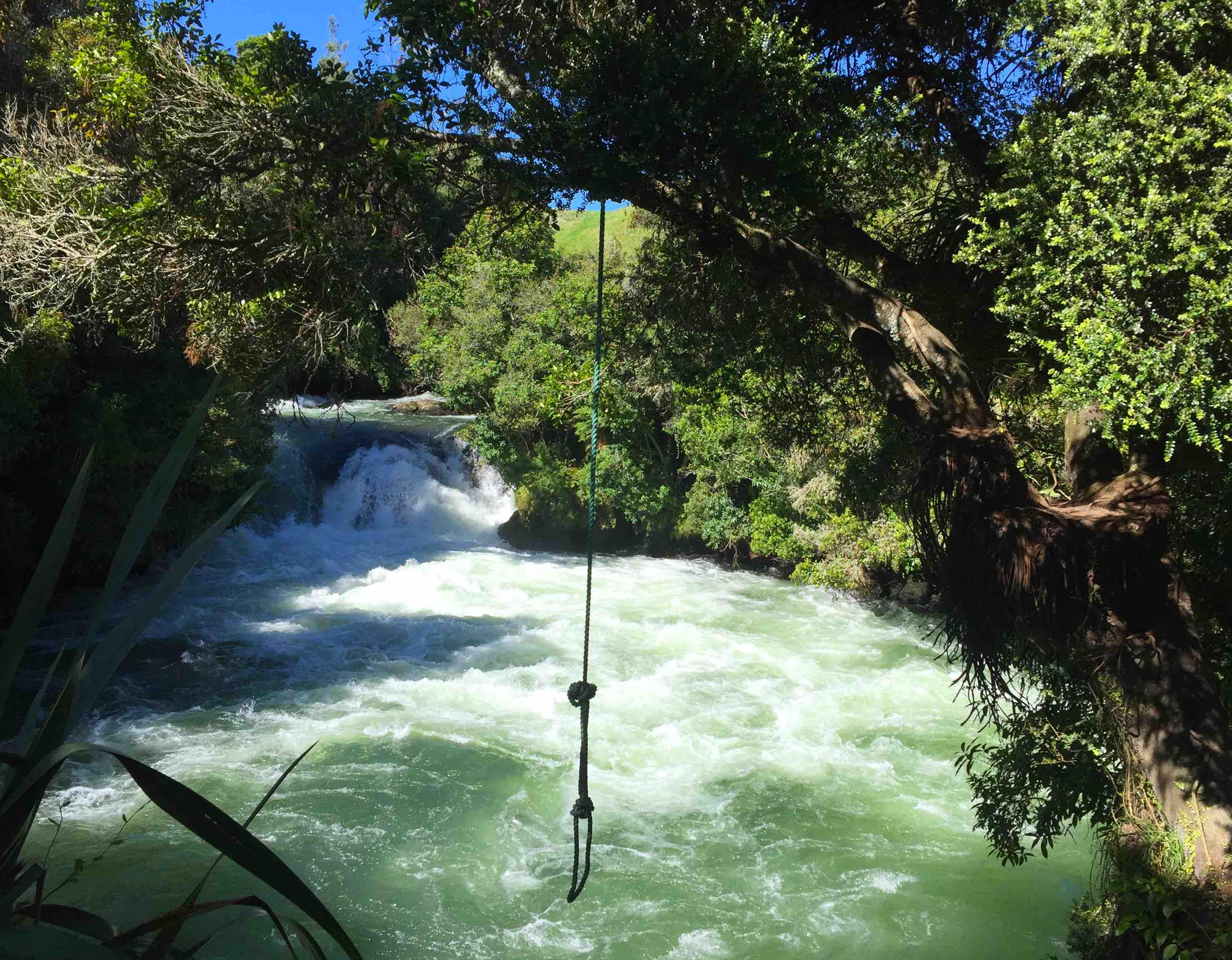 滝へ飛び込んで遊ぶロープ