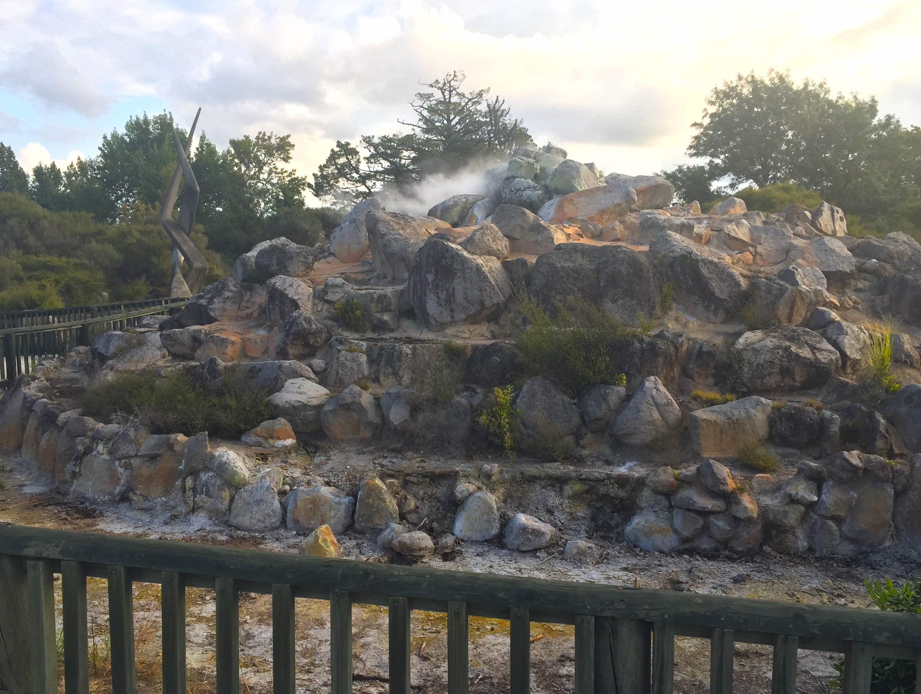 地熱の蒸気を吹き上げる岩