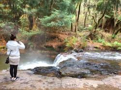 ケロセンクリーク名物の温泉滝