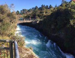 滝へ向かう川の猛烈な勢い