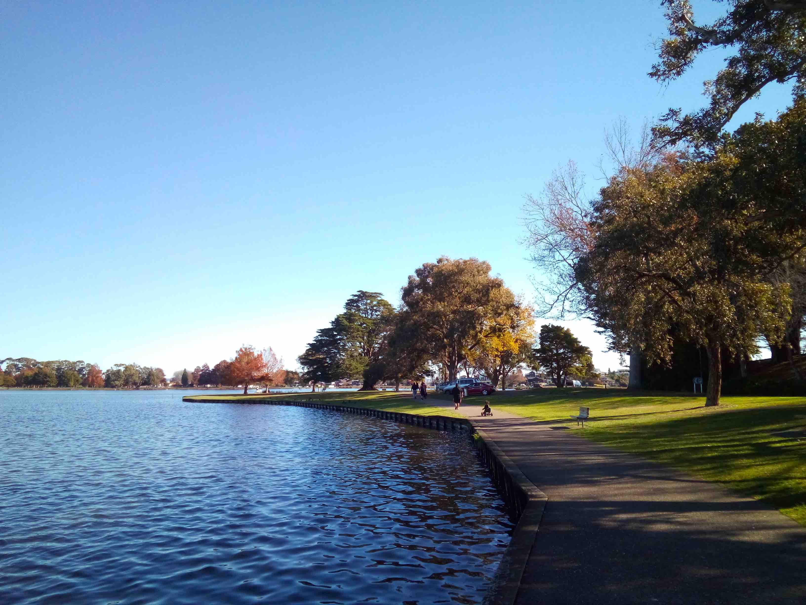 湖沿いの遊歩道