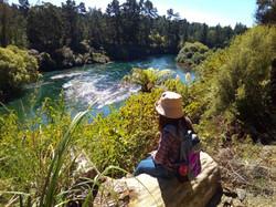 日光で輝く川面