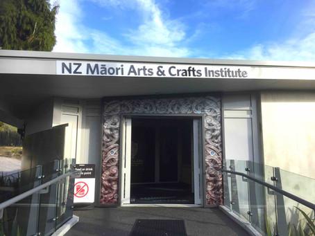 観光客がマオリ族の伝統工芸技術を間近で見学できる専門学校