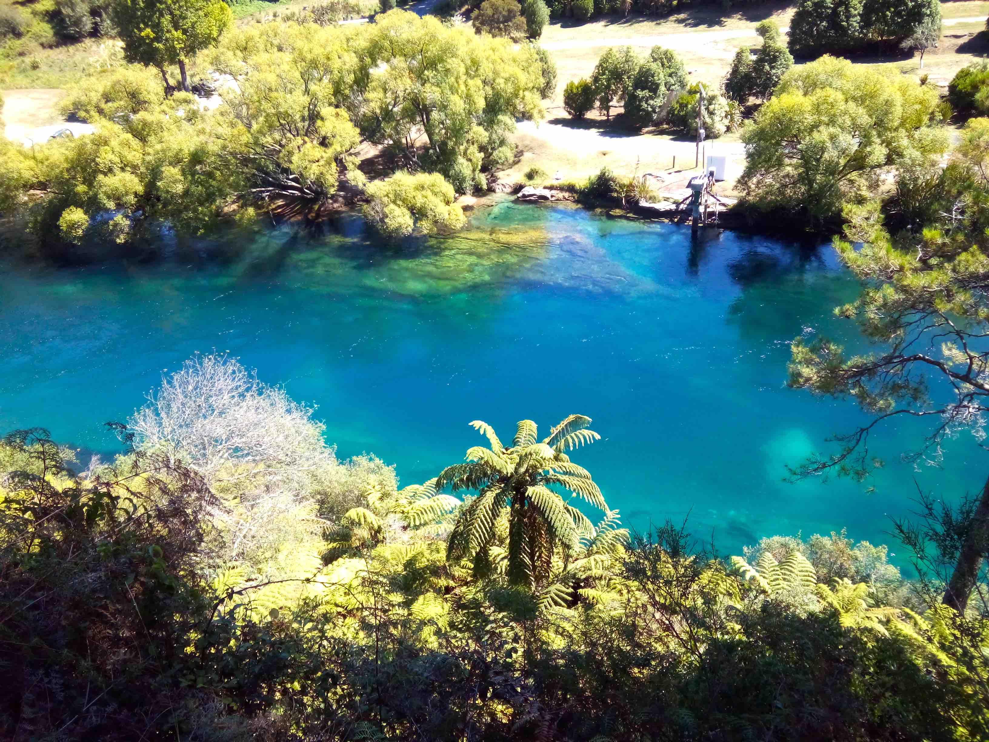 自然が作り出す美しい青