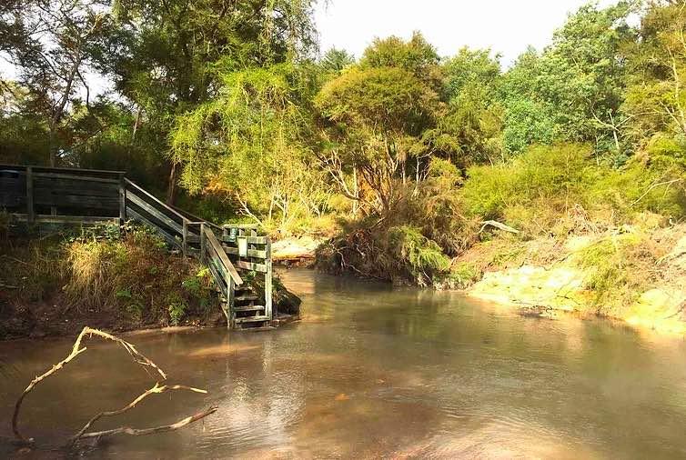 川に入るための階段