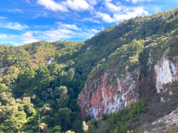 山肌が露出した崖