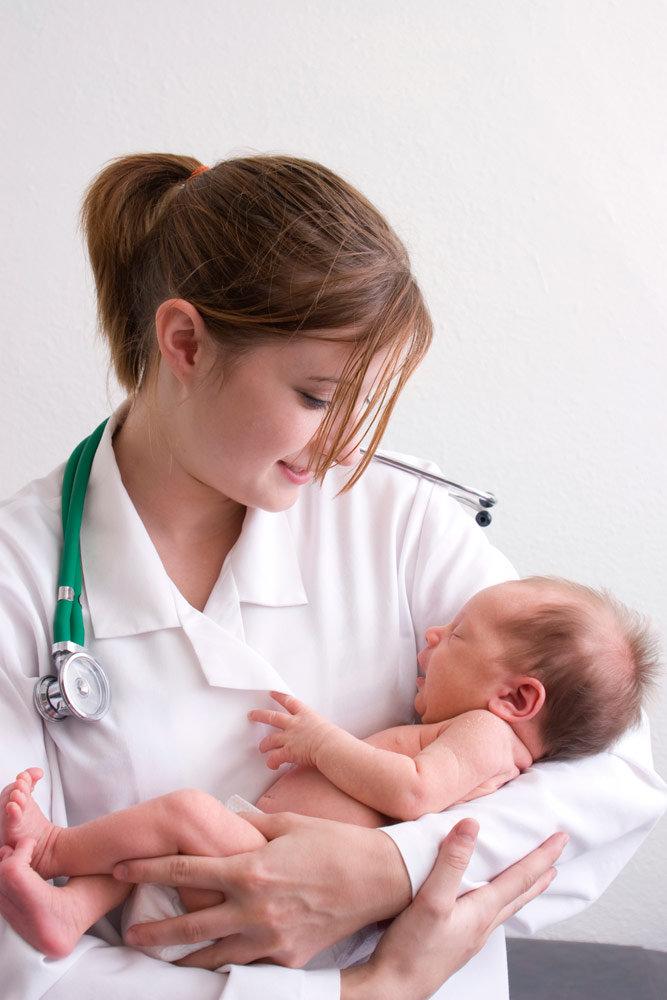 médica segurando bebê