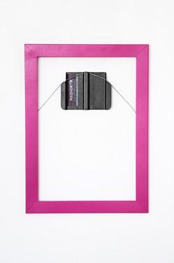 Photo frame mounted on Magnektik