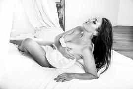 L'escargot Ivre Photography's White Sheets Boudoir Photography