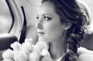 verträumter Blick einer Braut