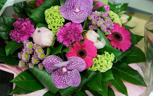 ceci est un bouquet rond de fleurs du fleuriste angelique fleurs et déco à caluire