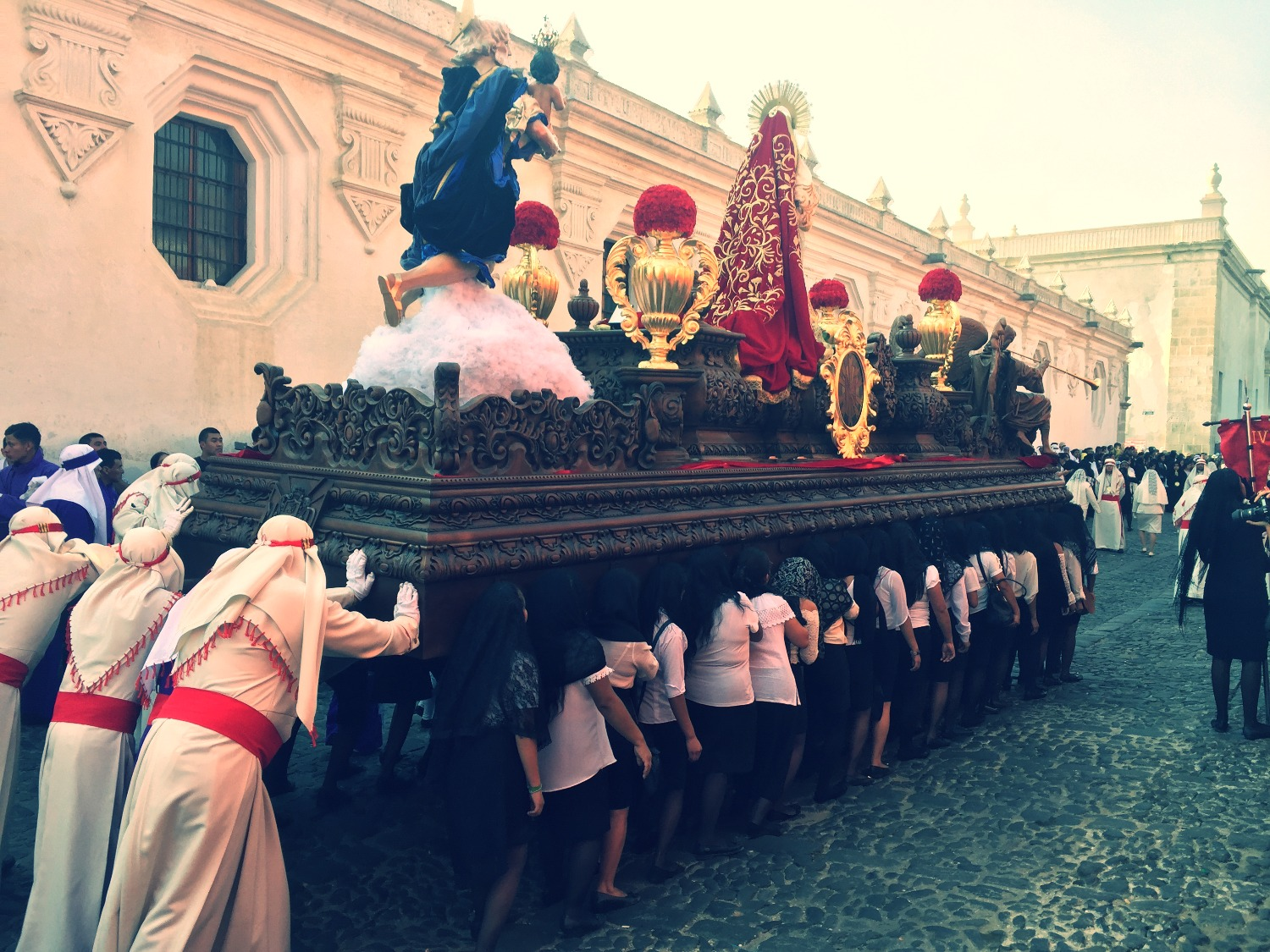 Cargadoras carrying the Anda