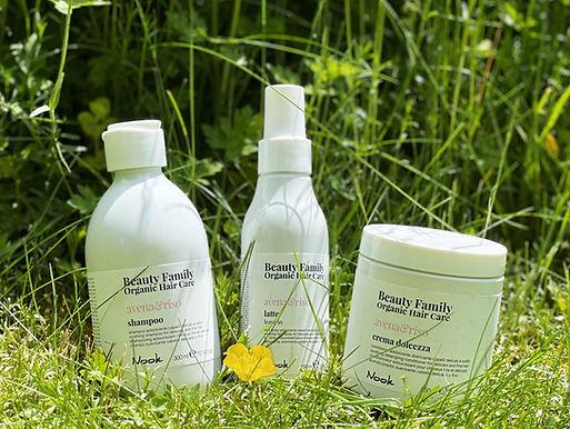 Die Nook Beauty Family Produkte stehen im Gras