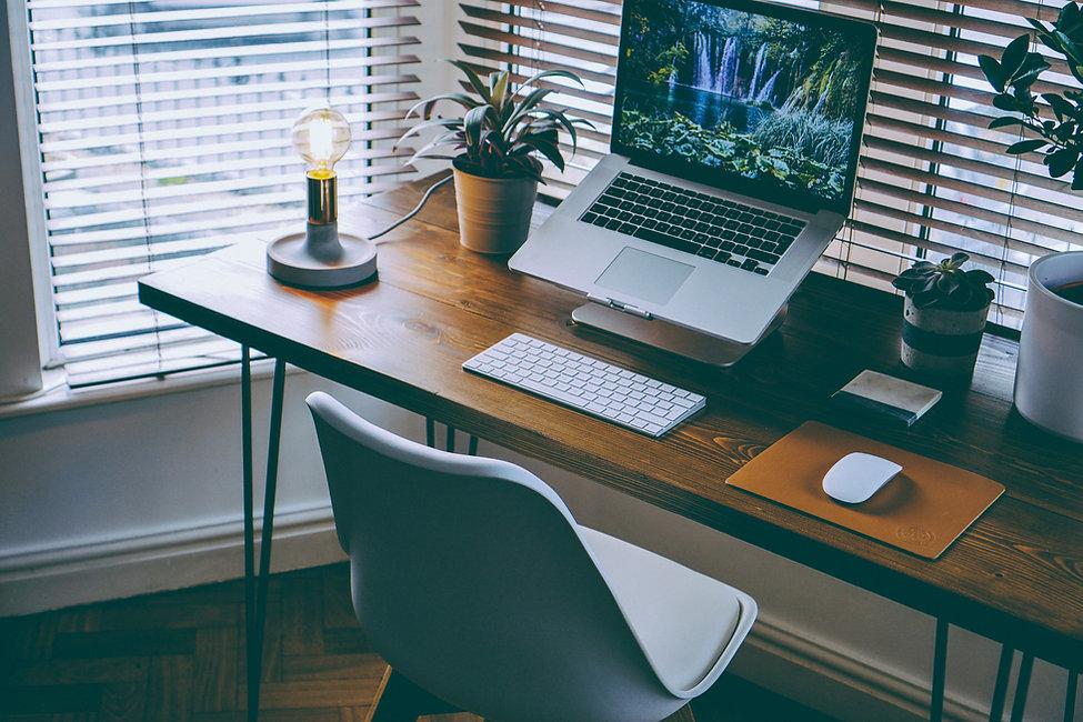 Schreibtisch mit einem Laptop darauf.