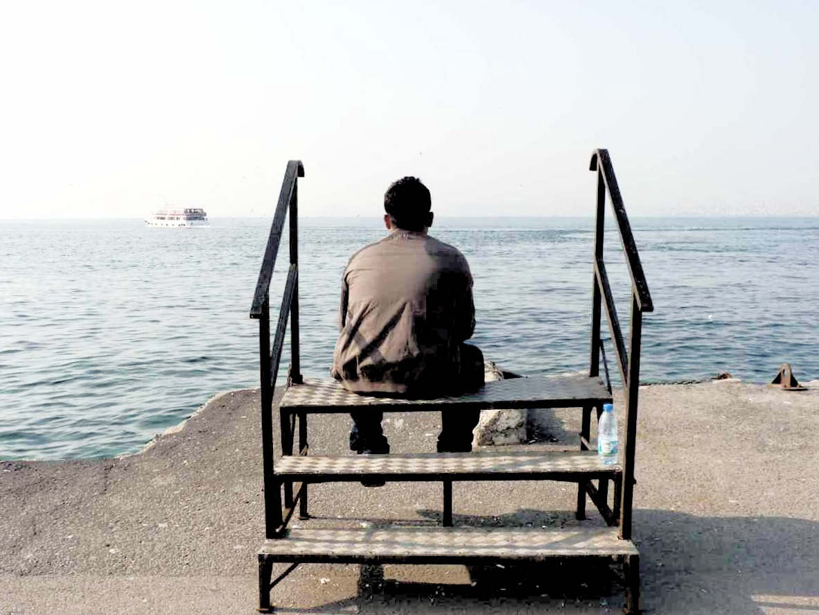 Uomo guarda il mare