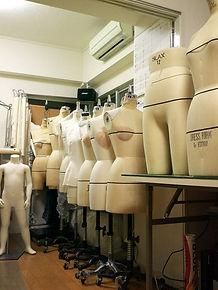 弊社では主に㈱アミコファッションズ(大洋工芸)社製ボディを使用しています。 アパレルの外注パターンメーカーとして幅広いニーズに対応するため 各種ボディサイズを取り揃えています。