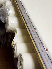 トワルチェックは素材のイメージに合うシーチングで作業しております。  半身ピン組み+部分縫いが基本になりますが  お客様のご要望に合わせて両身縫い・生地組み等にも対応いたします。