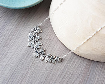 Bridemaid's Gift Idea. A silver necklace to gift in the limo