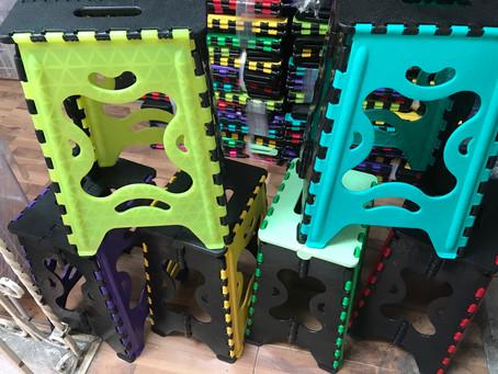 Bancos plegables de plástico reforzados hasta 120 kg varios colores .