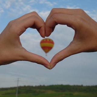 Cour main ballon rouge et jaune.jpg