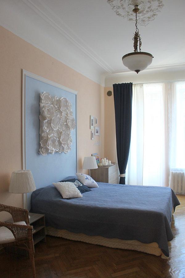 Декорирование на Петроградке от In Interior Studio, фальш-изголовье кровати выполненнон цветочным панно