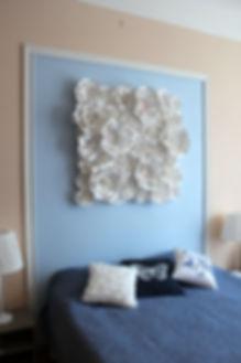 Декорирование на Петроградке от In Interior Studio, изголовье кровати выполенное декором