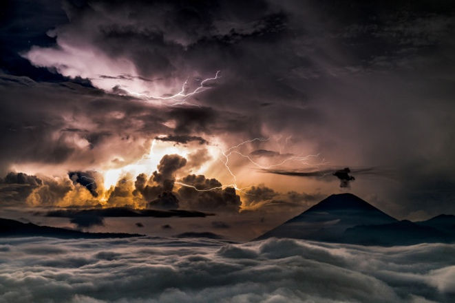 storm-sea-with-sun-appearing-clouds_1150