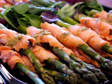 Grillet grøn asparges med koldrøget laks