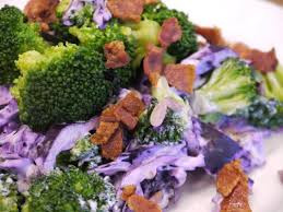 Broccolisalat med rød spidskål & sprød bacon