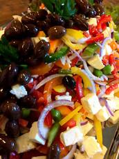 Tricoloresalat med peberfrugt, feta & marinerede oliven