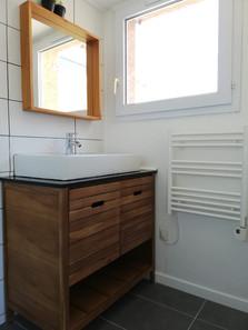 Salle de bains baignée de lumière