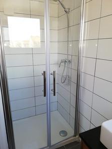 Cabine de douche spacieuse