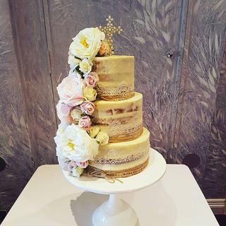 #nakedchristeningcake_#christeningcake #christening #floralcakes