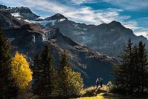 Los excursionistas en paisaje montañoso