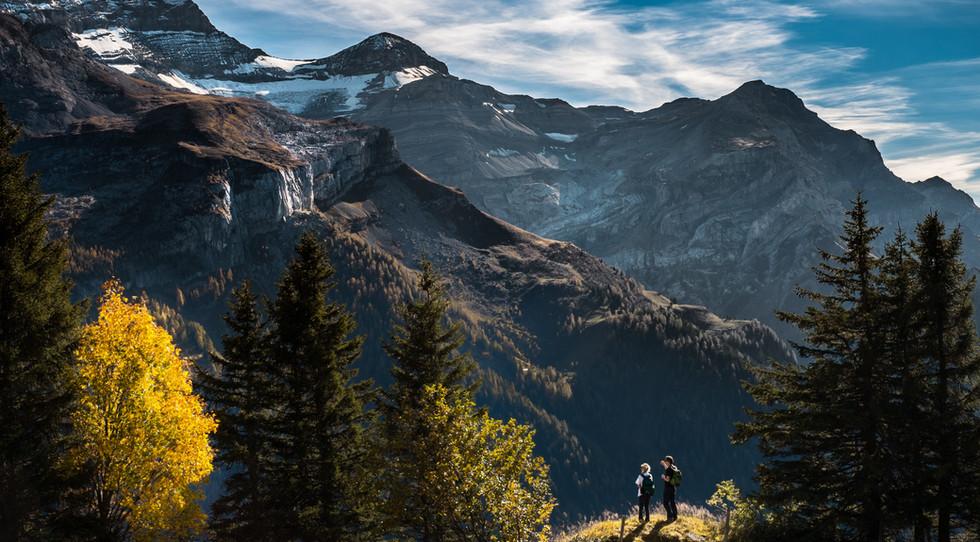Wandelaars in bergachtige landschap