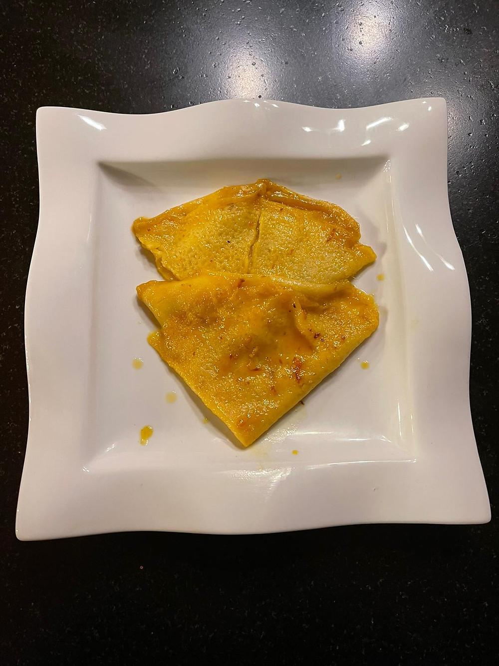Une assiette de tartiflette avec de la décoration de noël. La recette d'un plat d'hiver à base de fromage. Accompagné d'un verre de vin blanc ou de vin rouge de chez Dis Vin. Recette de la tartiflette. Accord mets vins