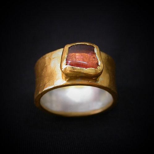 טבעת רחבה עם טורמלין גולמי