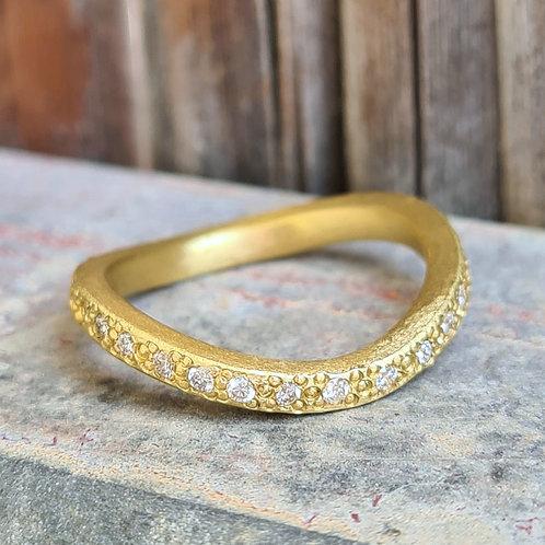 טבעת 'גל' משובצת יהלומים