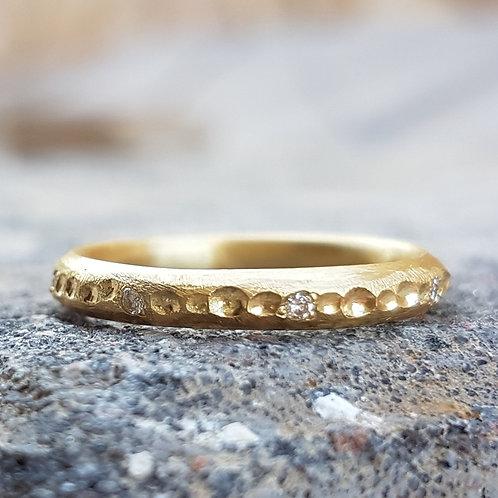 טבעת שקעים בזהב ויהלומים