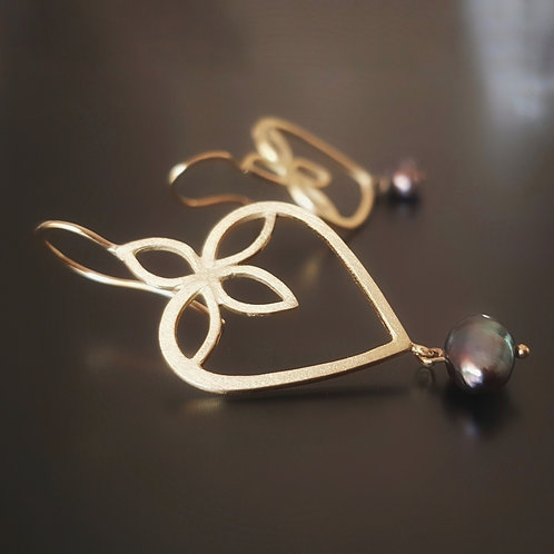 Lotus Heart Earrings in 18k Gold with Black Tahitian Pearls
