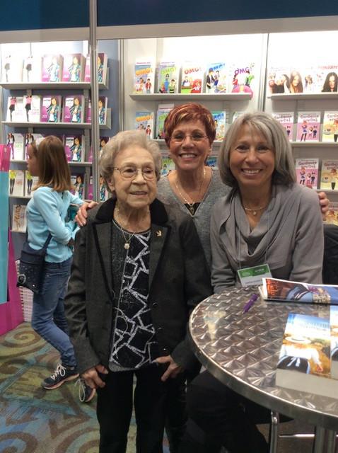 Salon du livre de l'Outaouais en compagnie de ma mère, Lucille Auger, et de ma tante, Thérèse Martin, la fée des gâteaux.  Mars 2018