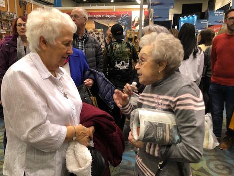 Source indispensable dans la recherche de mon troisième tome, Sr Ginette en pleine conversation avec ma mère, Lucille. Salon de l'Outaouais, février 2020
